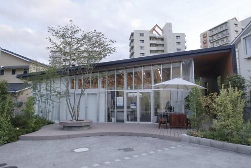 住人専用の「センターハウス」。法人の管理組合による街の運用手法構築は、齊藤広子・横浜市立大学国際総合科学部教授が監修した(写真:日経アーキテクチュア)