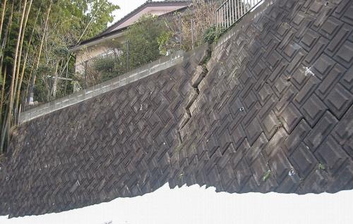 〔写真1〕擁壁の上部が前傾