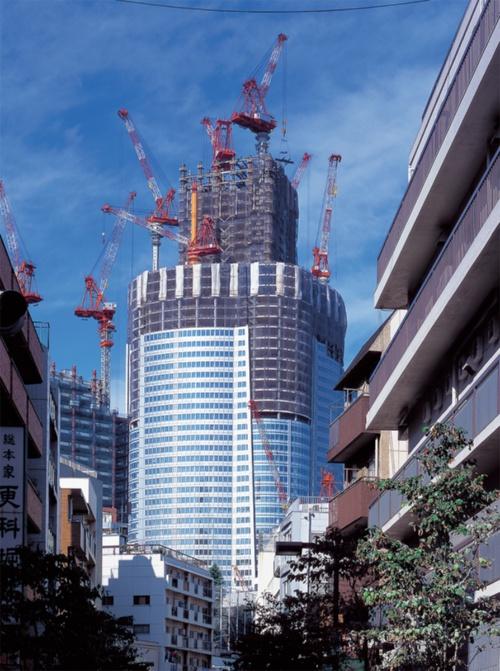 〔写真1〕密集市街地の隣に建ち上がる森タワー