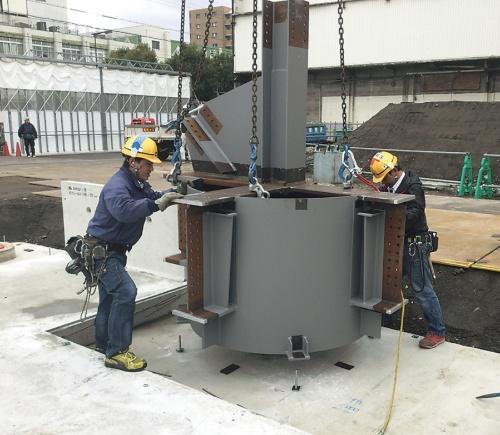 型枠工事を不要とする基礎工法「竹中コンパクトパイルキャップ」の施工の様子。部材製作までBIMデータを活用(写真:竹中工務店)