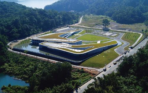 台湾の湖畔に立つ「日月潭風景管理処」。これで團氏は、台湾以外の建築家で初めて台湾建築賞首賞を受賞した(写真:團紀彦建築設計事務所)