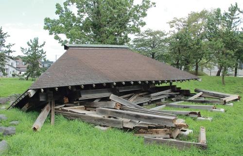 〔写真2〕屋根が真下に崩れ落ちる