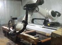 木の空間をつくるため、ロボットによる切削でLVL材を加工した。天井に張る突き板を厚さ0.18mmで削り出す技術を開発。メーカーによって製品化された(写真:アットロボティクス)