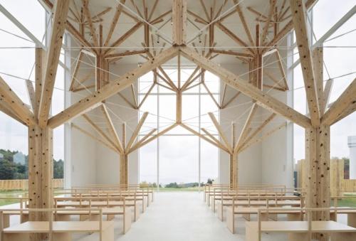〔写真1〕箱形プランに変化に富んだ木造架構