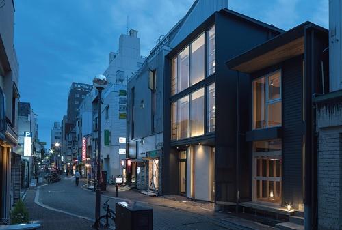 CLTの耐力壁を現しで用いた準耐火構造、木造3階建ての商業ビル「ST柳町I」(17年、高知市)(写真:川辺 明伸)
