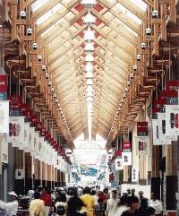 <b>ひらやま まさのぶ:</b>1952年高知県生まれ。75年大阪大学工学部建築工学科卒業、フジタ工業(現フジタ)入社。85年現代建築計画事務所(高知市)副所長。90年艸建築工房設立。2018年より現職。写真は1998年完成の「はりまや橋商店街木造アーケード」