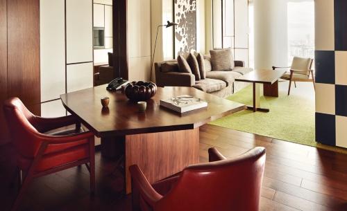 「アンダーズ 東京」の客室。「アンダーズ」はヒンディー語で「パーソナルスタイル(個性)」を意味する。その名前の通り、テーマに掲げるのは、自宅に居るかのように自分らしく過ごせる滞在スタイルだ(写真:アンダーズ 東京)