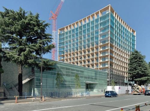 〔写真1〕新国立競技場の正面で建設が進むホテル