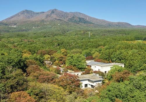 高級リゾートホテル「二期倶楽部」を星野リゾートが取得。自然環境や、周囲の生産活動と触れ合うことのできる、家族・グループ客向けのホテル にリノベーションした(資料:星野リゾート)