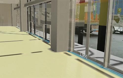 レンズ越しに見ると、床にサッシの寸法が表示されている(写真:日経クロステック、資料:東急建設)