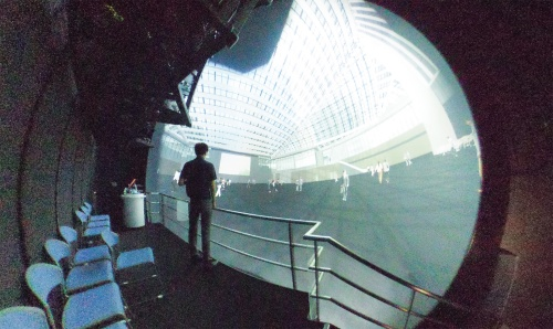 〔写真1〕広場からガラス屋根を見上げた状態を仮想体験