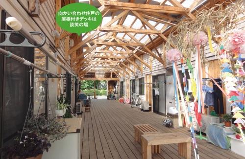 〔写真1〕屋根付きデッキと広場が交流を促進
