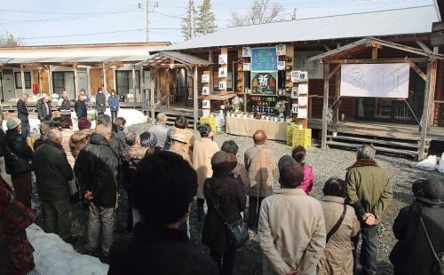 サポートセンター前の広場で行われた震災追悼式(2018年3月11日)の様子(写真:遠野市)