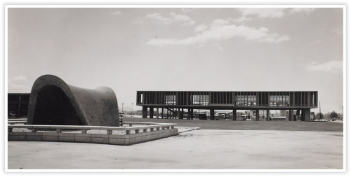 〔写真2〕格子のようなピロティ建築
