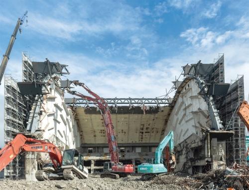解体が進み、ホールの両側面が残った都城市民会館。2019年10月23日撮影(写真:山田 新治郎)