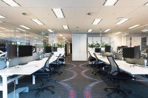 米クッシュマン・アンド・ウェイクフィールドの「6フィート・オフィス」。半円形のステッカーでソーシャルディスタンスを明示し、感染を防止する(写真:クッシュマン・アンド・ウェイクフィールド)