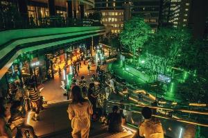 ソフトバンクの本社が入居する「東京ポートシティ竹芝」で、開業に合わせて9月に開催されたイベントの様子。動線や立ち止まっていい箇所を床に表示し、間隔を保って観覧する(写真:東急不動産)