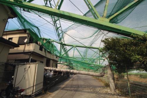 台風15号の強風で倒れた千葉県市原市のゴルフ練習場のネットと鉄骨支柱。高さ30~40mの鉄骨支柱が10本ほど住宅街に向かって倒壊した(写真:日経 xTECH)