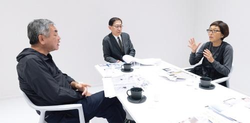鼎談は、渋谷スクランブルスクエア15階にある産業交流施設「SHIBUYA QWS(渋谷キューズ)」の会議室で行った。年齢は近いが、立場や個性が異なる3人の議論は、当時を振り返るにつれて熱を帯びていった(写真:稲垣 純也)