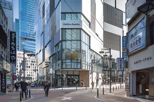 〔写真3〕商店街と一体化するファサード