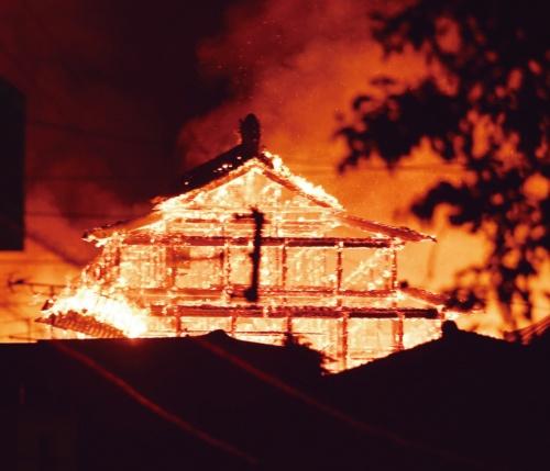 炎上する首里城正殿。10月31日午前4時30分撮影。正殿の火勢は強く、猛烈な輻射熱の影響で消防隊は度々、消火活動の中断を強いられた(写真:沖縄タイムス/共同通信イメージズ)