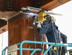 柱と梁の仕口部の下フランジを、ロボットが上向き溶接した(写真:鹿島)