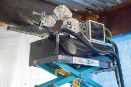 独自のハイブリッド工法を採用した耐火被覆材の吹き付けロボット(写真:日経アーキテクチュア)