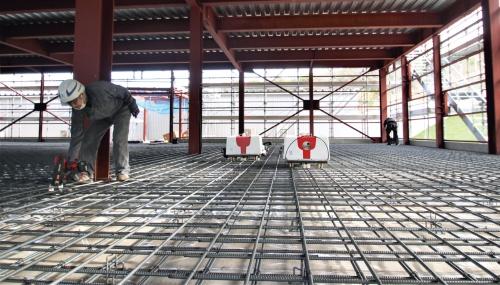 〔写真1〕鉄筋工事会社が開発した結束ロボット