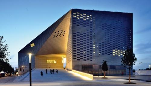 〔写真1〕南フランスのボルドーで2019年6月28日にオープンした文化拠点施設「MÉCA」の夕景(写真:武藤 聖一)