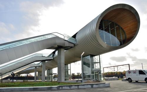 〔写真1〕デンマークで完成したケーエ北駅。エレベーターやエスカレーター、階段で駅舎に上れる(写真:武藤 聖一)