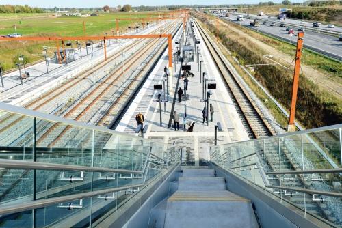 〔写真2〕駅舎からプラットホームに続く階段。左側が高速鉄道、右に高速道路が走っている(写真:武藤 聖一)