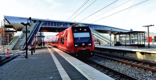〔写真3〕プラットホームに、コペンハーゲンへと向かう首都圏近郊鉄道のSトレインが入ってきた様子(写真:武藤 聖一)