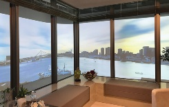 販売センター「HARUMI FLAG パビリオン」にある「眺望体感ルーム」の様子。部屋の一部を実寸大でつくり、プロジェクターで実際の風景を映し出している(資料:HARUMI FLAG広報事務局、写真:日経アーキテクチュア)