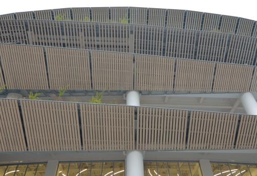東側の見上げ。各階で庇の長さが違う。施設全体で約2000m3の木材を使用した(写真:日経アーキテクチュア)