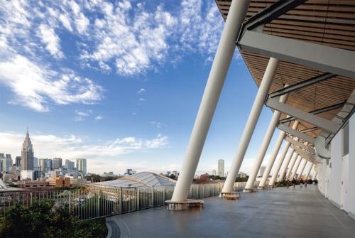 2019年11月30日に竣工した国立競技場。5階の回廊スペース「空の杜」からは、槇文彦氏設計の東京体育館や外苑の緑、新宿の超高層ビル群などが一望できる。外周にはプレストレスを導入し、プレキャスト化したSRC柱を配した(写真:吉田 誠)