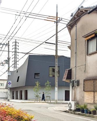 〔写真1〕住宅街に溶け込む外観