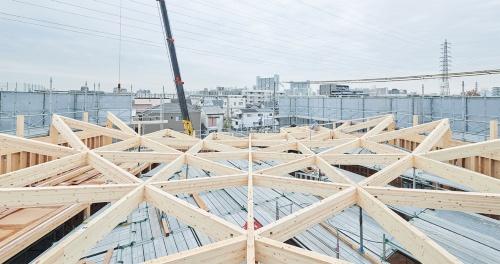 〔写真2〕カテナリー曲線の木構造で2階は柱無しに