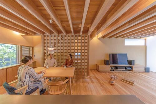 〔写真1〕伝統的な意匠と温熱性能を両立させた土壁の家
