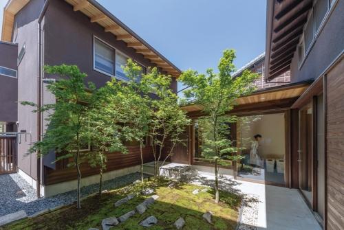 名古屋市の伝統的建造物群保存地区に立つ住宅の中庭。土壁で蓄熱し、深い軒で日射を遮る。伝統的なつくりと省エネの両立を図った(写真:車田 保)