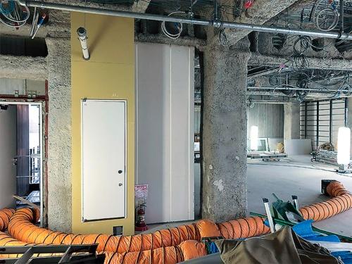 窓や換気設備がない現場では、ダクト式の負圧集塵機で強制換気する(写真:ユニオンテック)