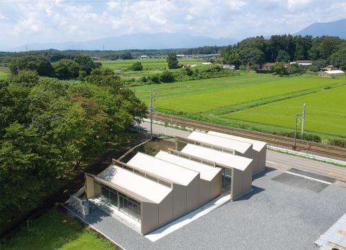 〔写真1〕V形ユニットを6つ並べた屋根