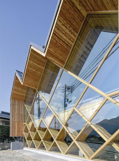 〔写真1〕ブレース架構で建物を支える