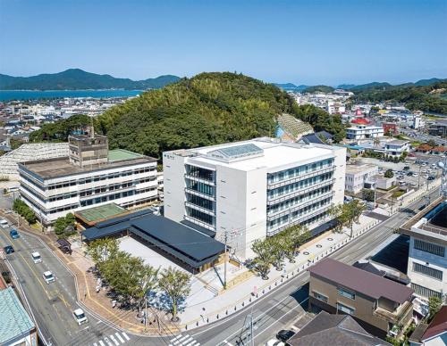 〔写真2〕5階建ての本体建物と木造平屋の2棟で構成