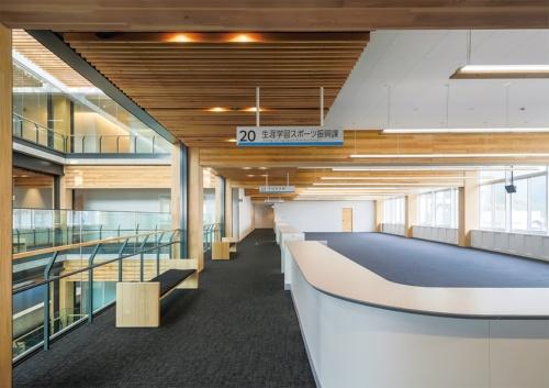 奥行き12m、間口32mの事務室空間