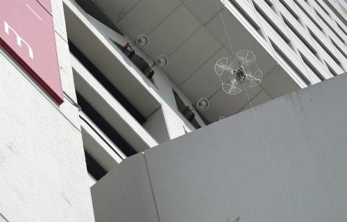 〔写真2〕縦の糸がドローンの飛行をガイド