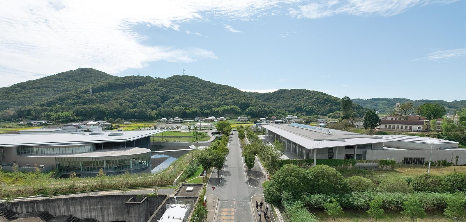 IPU・環太平洋大学のキャンパス。安藤忠雄氏が最初に設計した施設が2009年に完成して以来、同氏が継続して5つの施設を手掛けた。07年の開学時に、旧短大校舎を活用するよう勧めたのは安藤氏だ(写真:生田 将人)