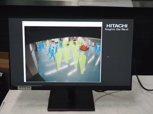 場内カメラの映像を使い、動いている人と止まっている人を色の異なるアイコンで表示。各所の混雑具合を把握する人流可視化システムを導入した(日立製作所が協力)。ビーコンを設置して来場者の動きを分析する他、球場周辺の繁華街などにおける入退場前後の動態の把握も試みる(前者はアドインテ、後者はNTTドコモが協力)(写真:日立製作所)