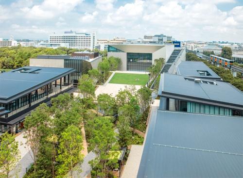 〔写真1〕中央に約1万m²の広場を設けたGREEN SPRINGS。写真奥が約2500席で多摩地区最大規模の多機能ホール(写真:立飛ストラテジーラボ)