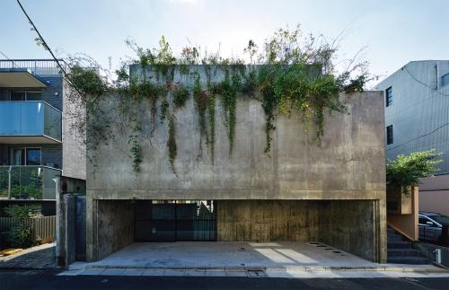〔写真1〕コンクリート壁で居住空間を覆う