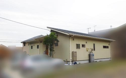 雨漏り被害に遭ったのは築3年の木造平屋建て住宅。溶融アルミ亜鉛メッキ鋼板の片流れ屋根が、90度の角度で2方向から交差していた(写真:神清)